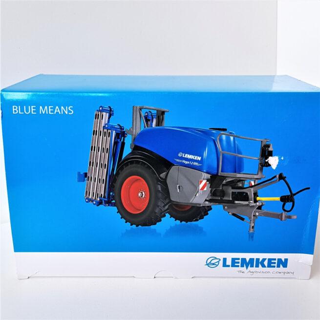 """Lemken Vega 12 5000 Getrokken Veldspuit """"Blue Means"""" Editie"""